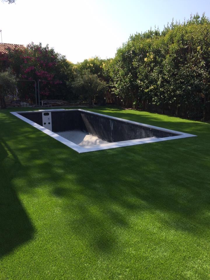 Jardin avec gazon synthétique et pouzzolane